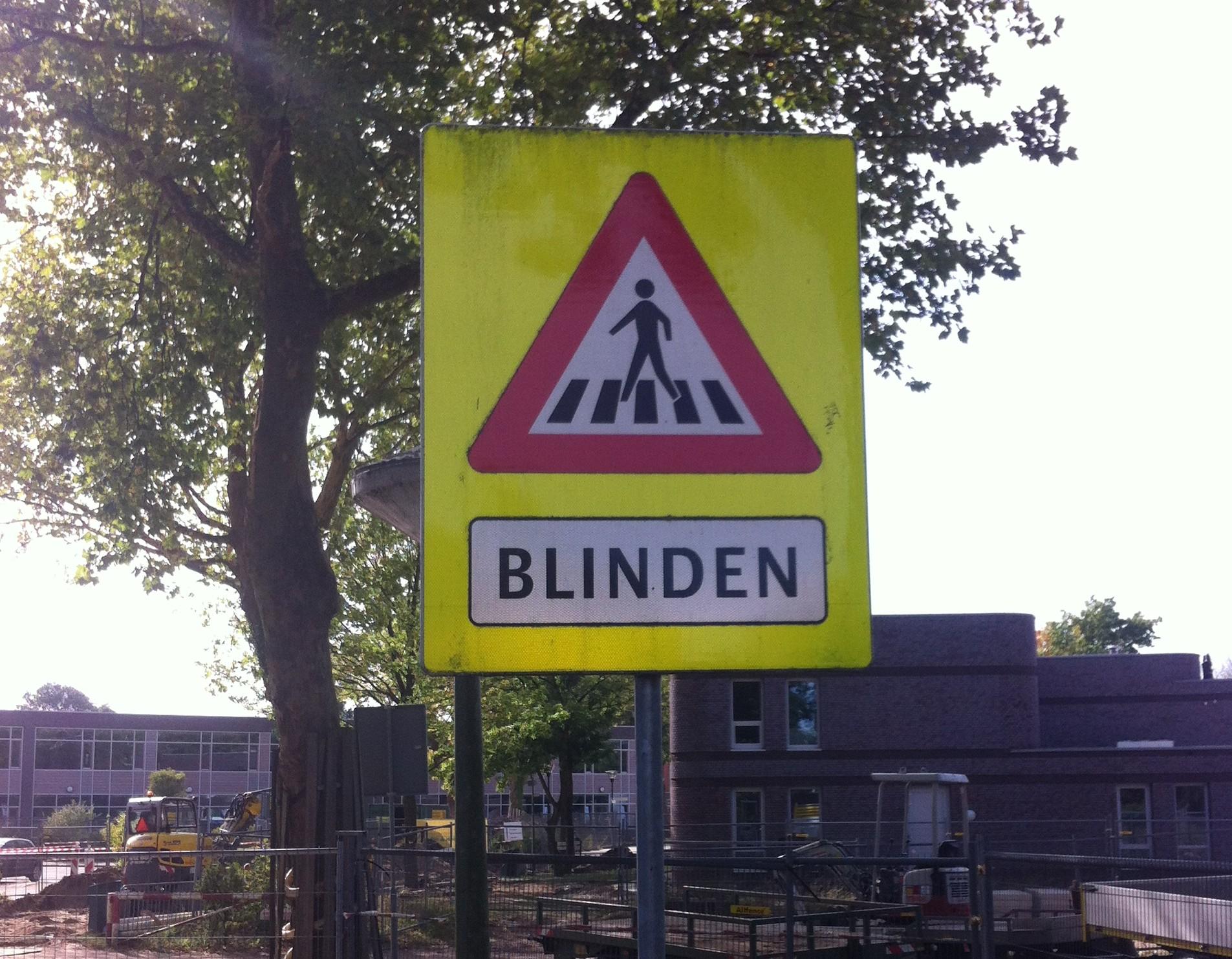 """""""Pas op: blinden"""" Vekeersbord op het terrein van de stichting Bartimeus"""